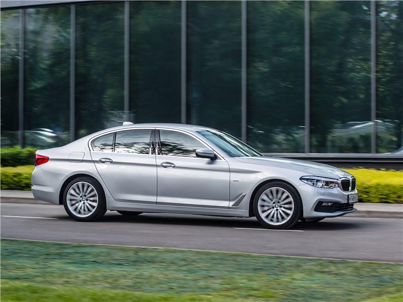 BMW 520d xDrive 2017 вид сбоку