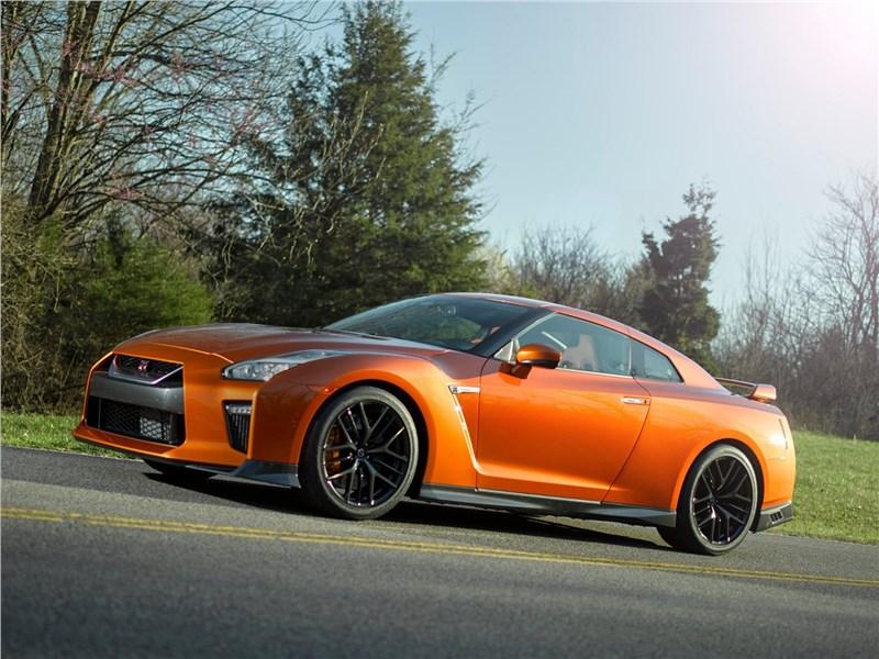 Nissan GT-R 2017 вид сбоку