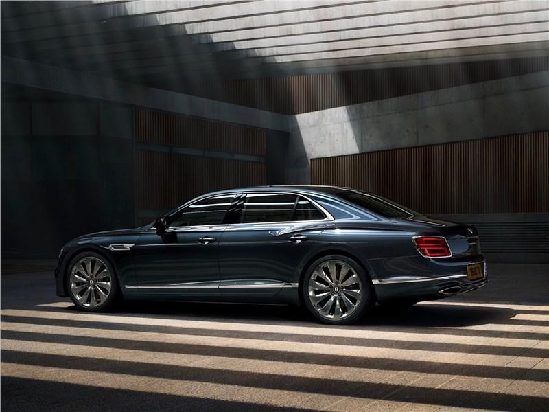 Bentley Flying Spur 2020 вид сбоку