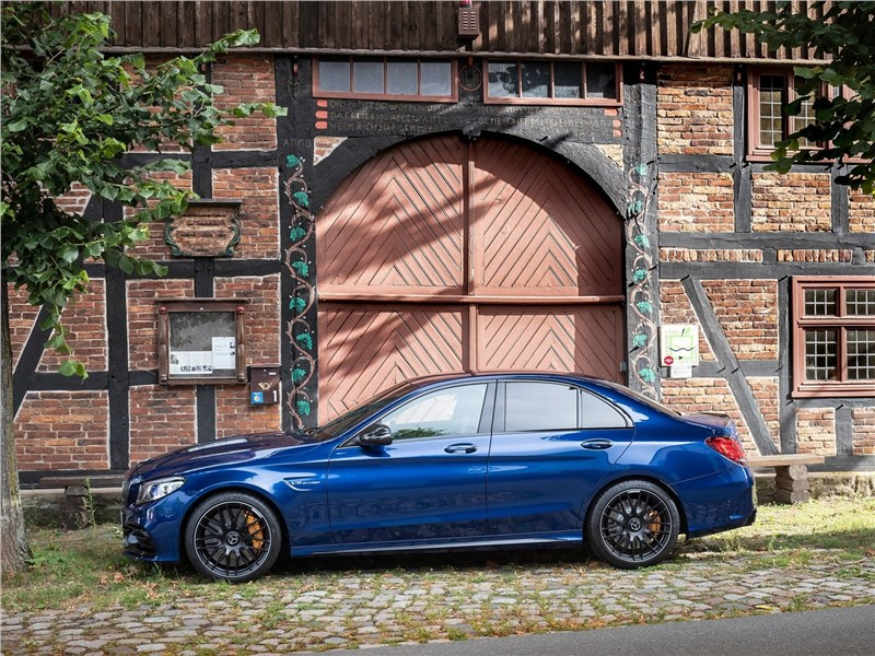 Mercedes-Benz C63 S AMG Sedan 2019 вид сбоку