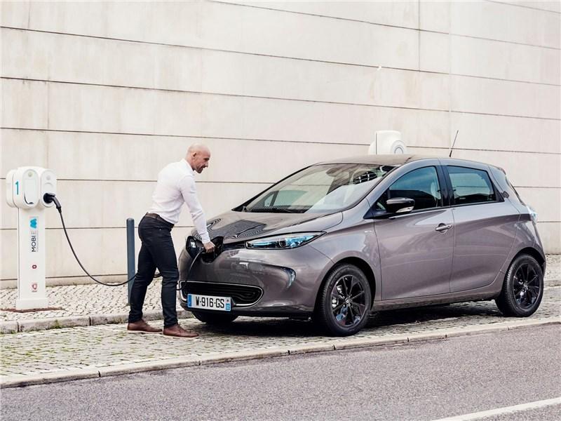 Renault Zoe 2017 вид спереди сбоку