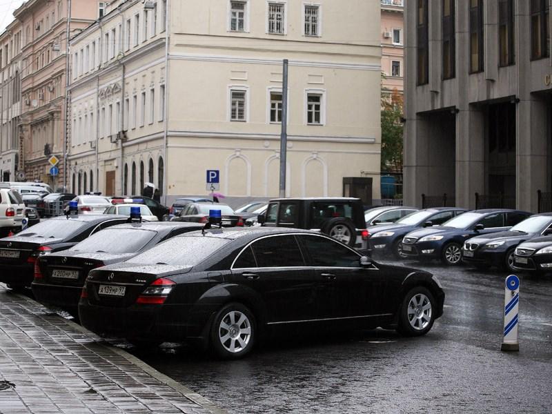 Депутаты требуют убрать сплошную полосу возле Госдумы