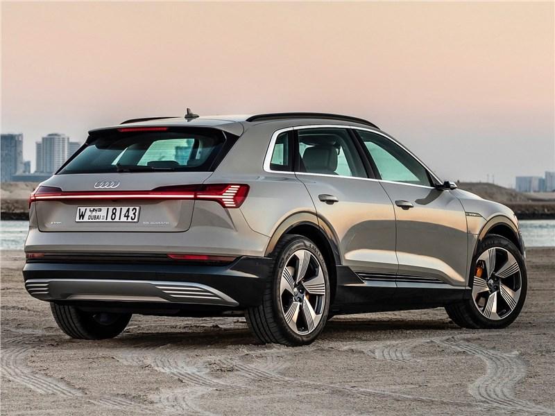 Audi e-tron 2020 вид сзади