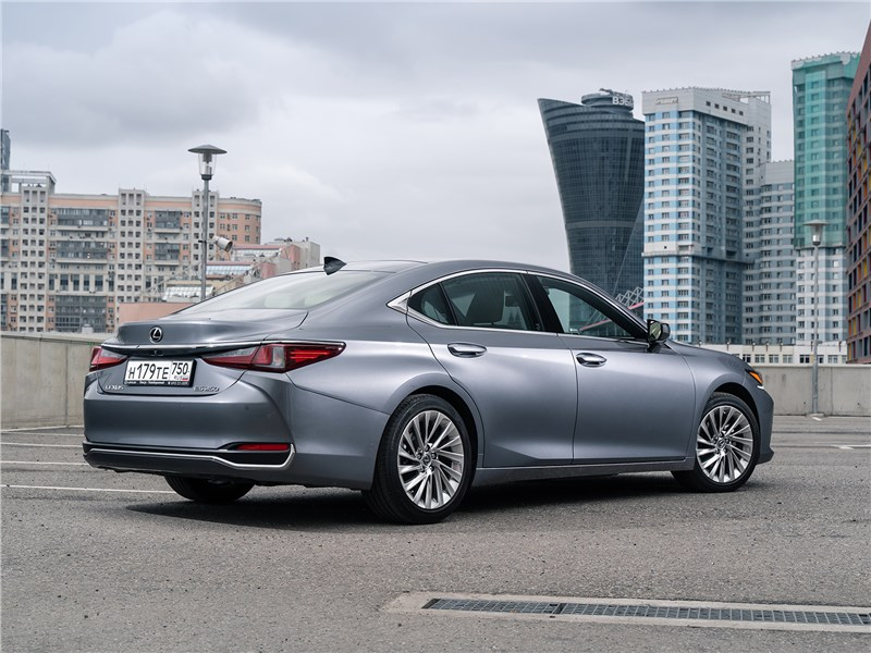 Lexus ES 2019 вид сзади