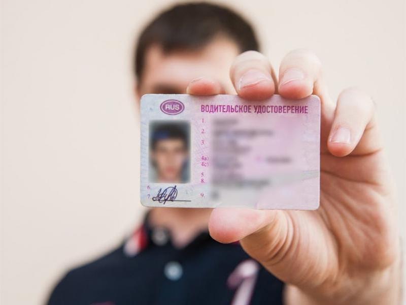 Срочникам бесплатно выдадут водительские удостоверения категории D