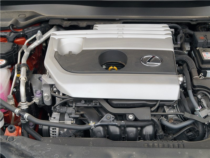 Lexus UX 200 2019 моторный отсек