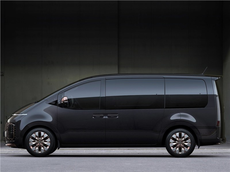 Hyundai Staria (2022) вид сбоку