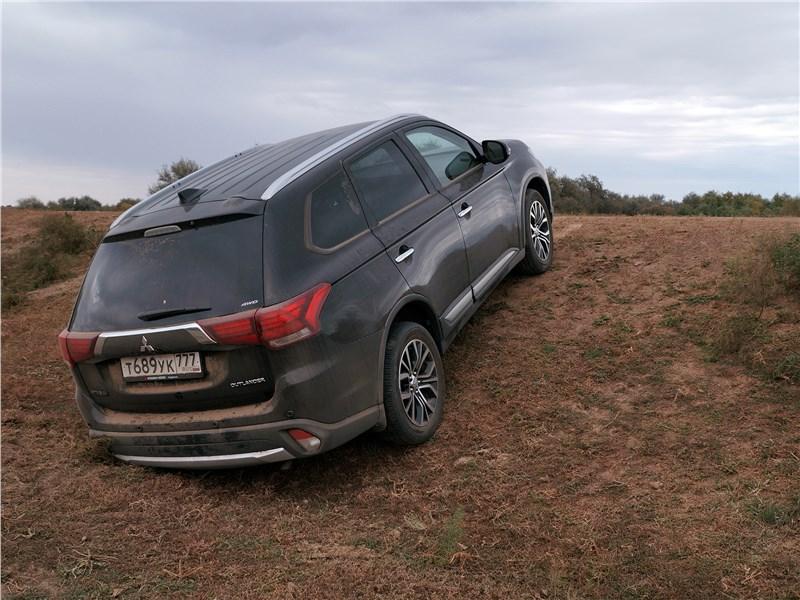 Mitsubishi Outlander 2016 вид сзади