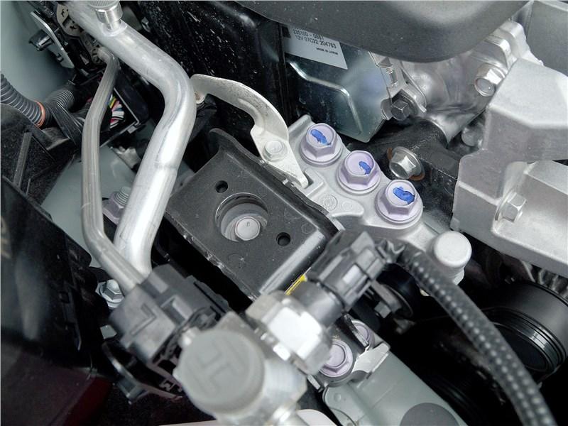 Toyota RAV4 2019 моторный отсек