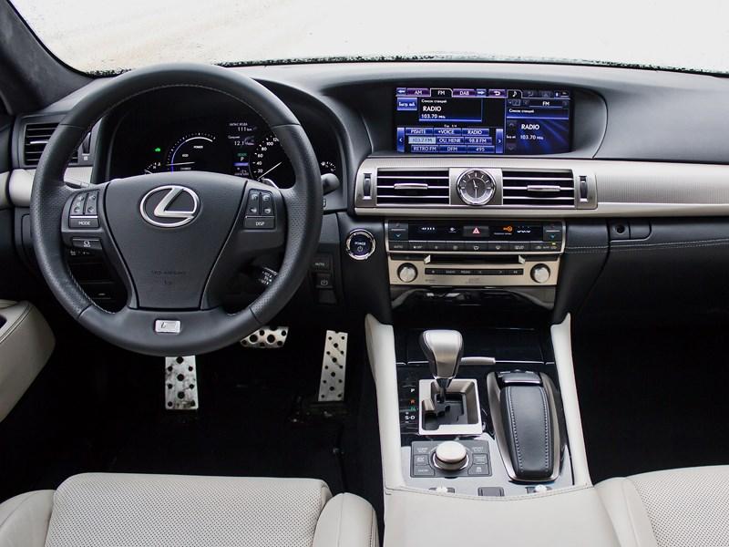 Lexus LS 600h F Sport 2012 водительское место