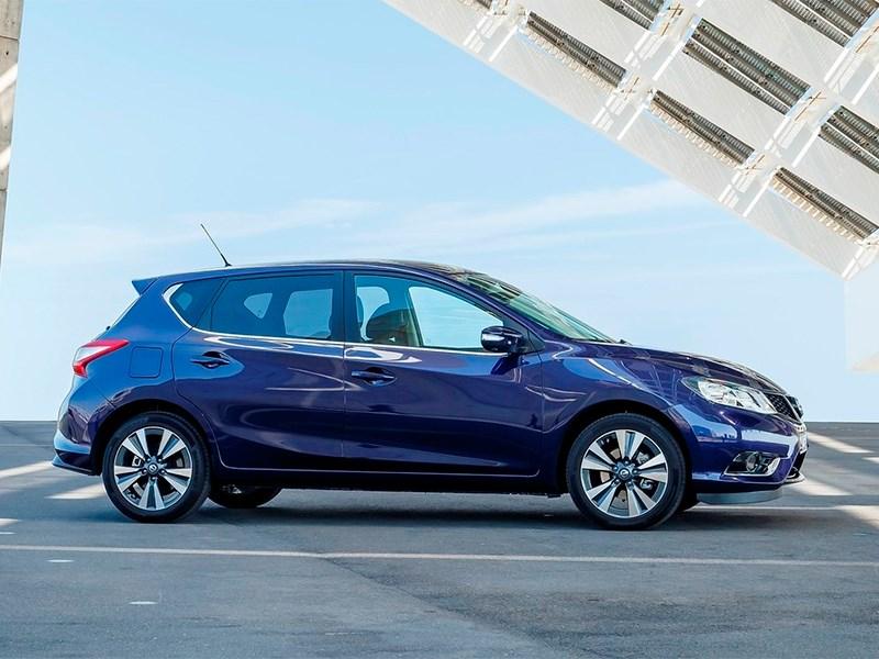 Nissan Pulsar 2015 вид сбоку синий