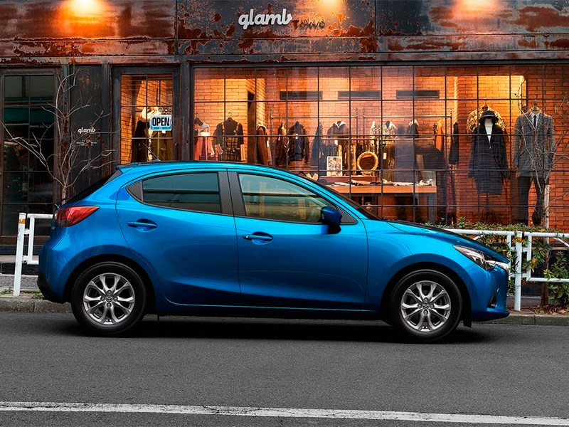 Mazda 2 2015 вид сбоку