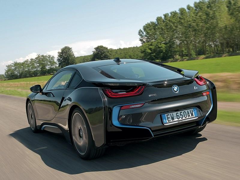 BMW i8 2014 вид сзади на трассе