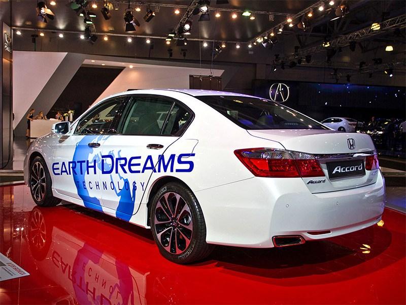 Honda Accord 2015 вид сбоку сзади