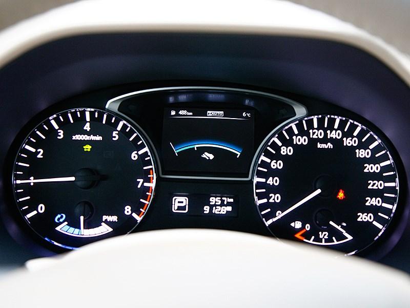 Nissan Pathfinder 2012 приборная панель