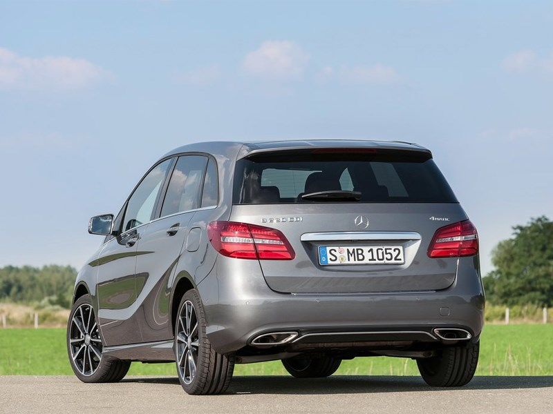 Mercedes-Benz B-Klasse 2015 вид сзади сбоку