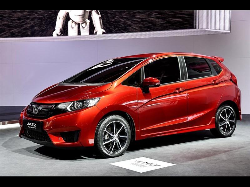 Honda Jazz 2015 вид сбоку спереди