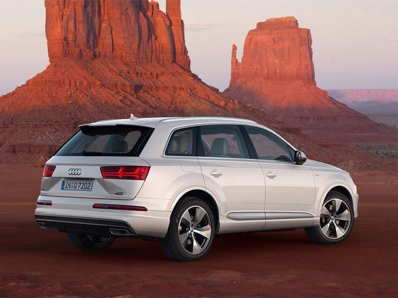 Audi Q7 2015 вид сзади сбоку