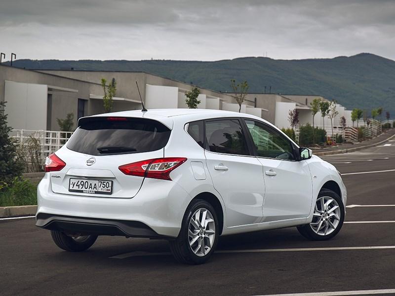 Nissan Tiida 2015 вид сзади сбоку