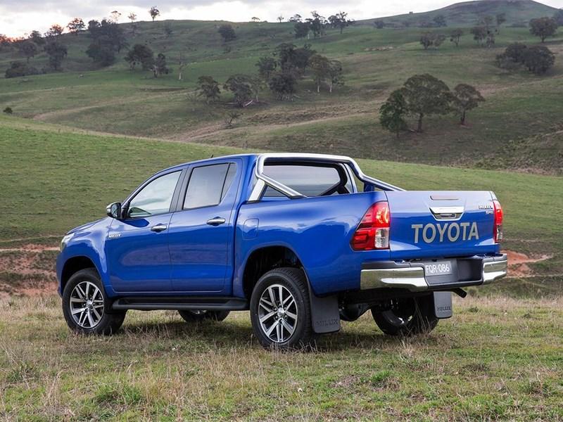 Toyota HiLux 2016 вид сбоку сзади