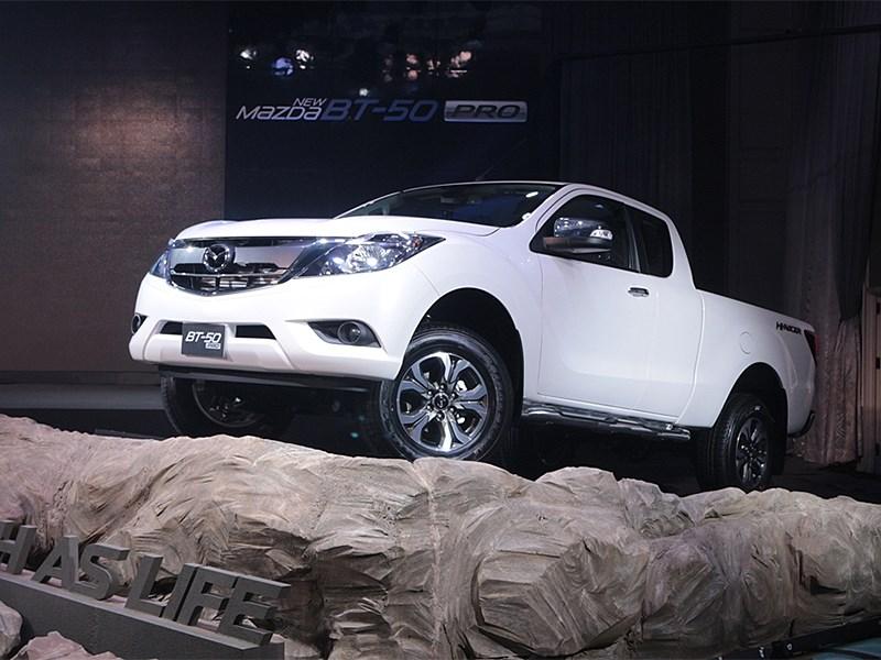 Mazda BT-50 2015 вид спереди сбоку