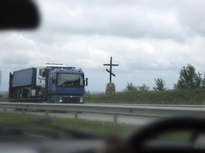 Московские власти готовы запретить установку крестов вдоль дорог на региональном уровне
