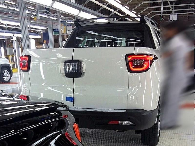Fiat Toro 2016 вид сзади