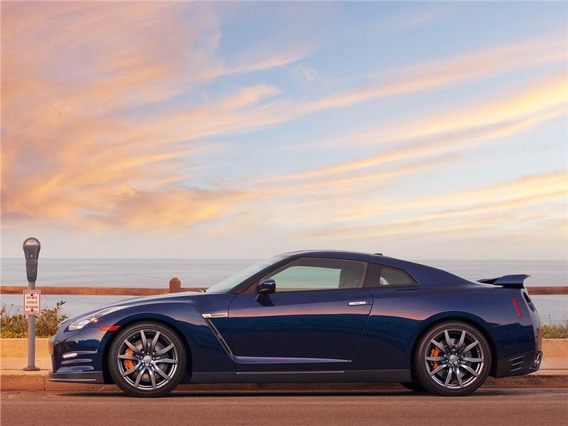 Nissan GT-R 2010 вид сбоку
