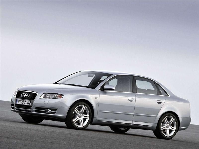 Audi A4 2005 вид сбоку