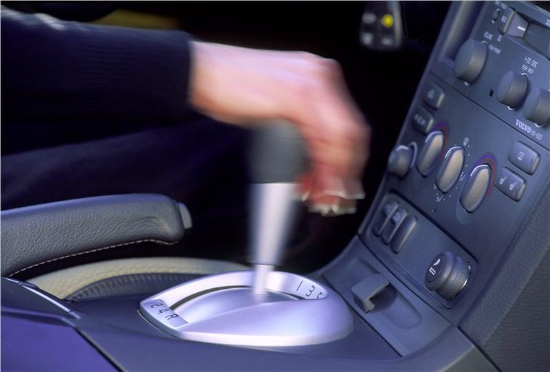 Volvo S60 2001 имеет удобный селектор автоматической коробки передач