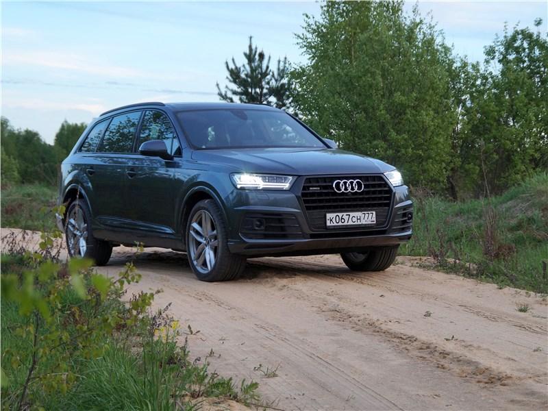Audi Q7 S-Line 2016 на песчаной дороге