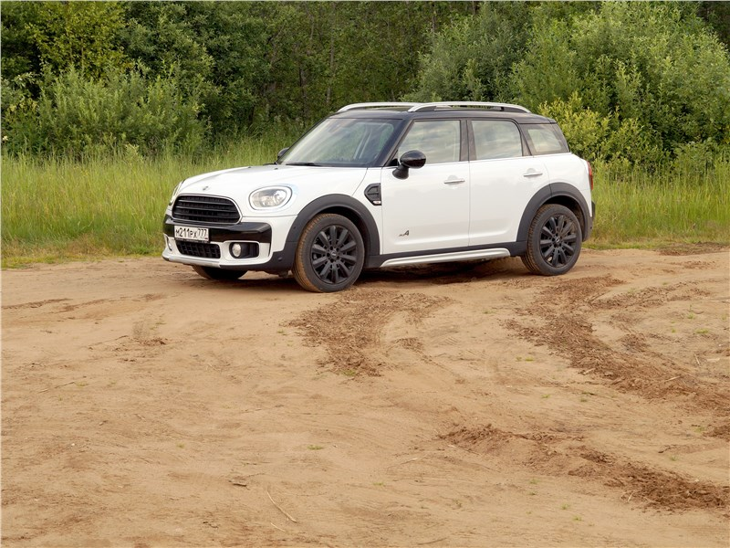 MINI Countryman D 2017 вид сбоку