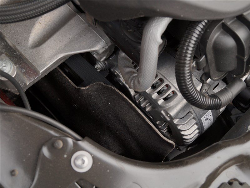 BMW 2 Series Active Tourer 2017 моторный отсек