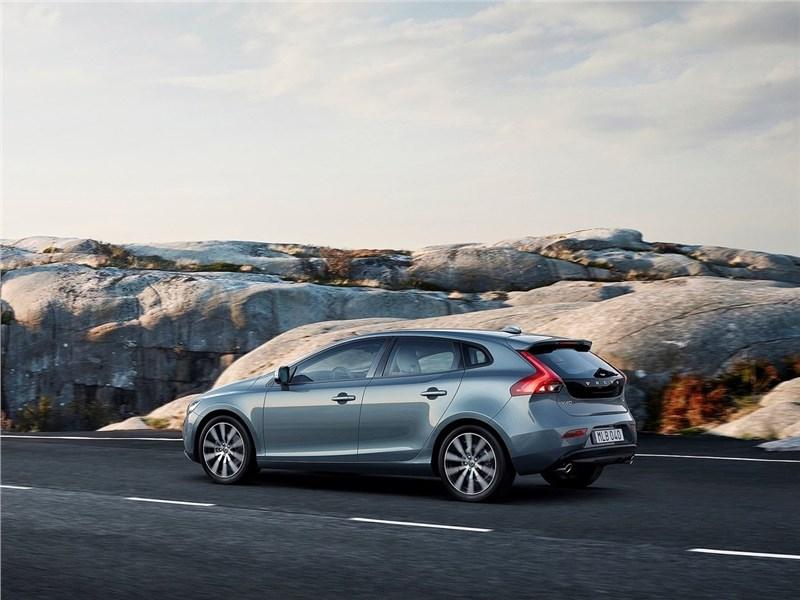 Volvo V40 2017 вид сбоку сзади
