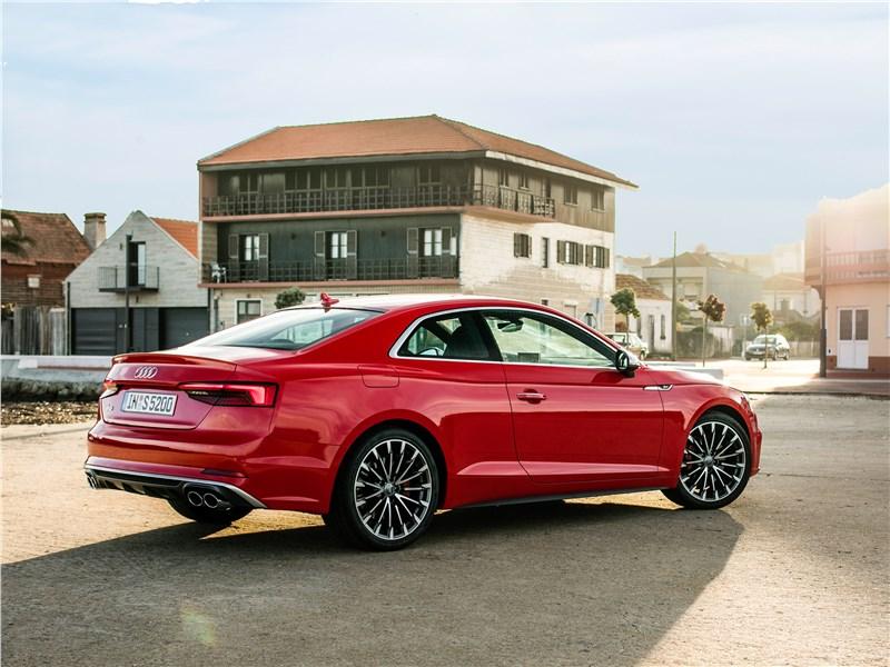 Audi S5 2017 вид сбоку сзади