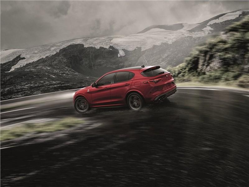 Alfa Romeo Stelvio 2017 вид сбоку