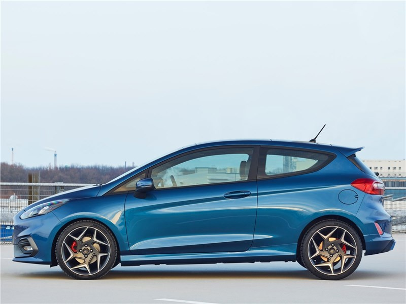 Ford Fiesta ST 2018 вид сбоку