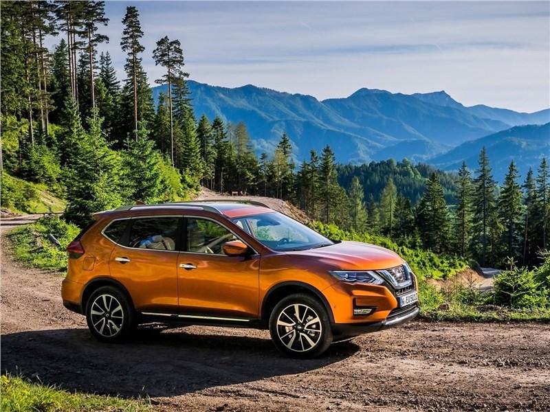 Nissan X-Trail 2018 вид спереди сбоку