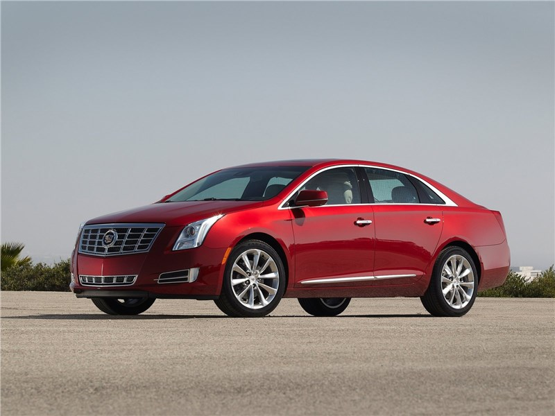 Cadillac XTS 2013 вид спереди сбоку