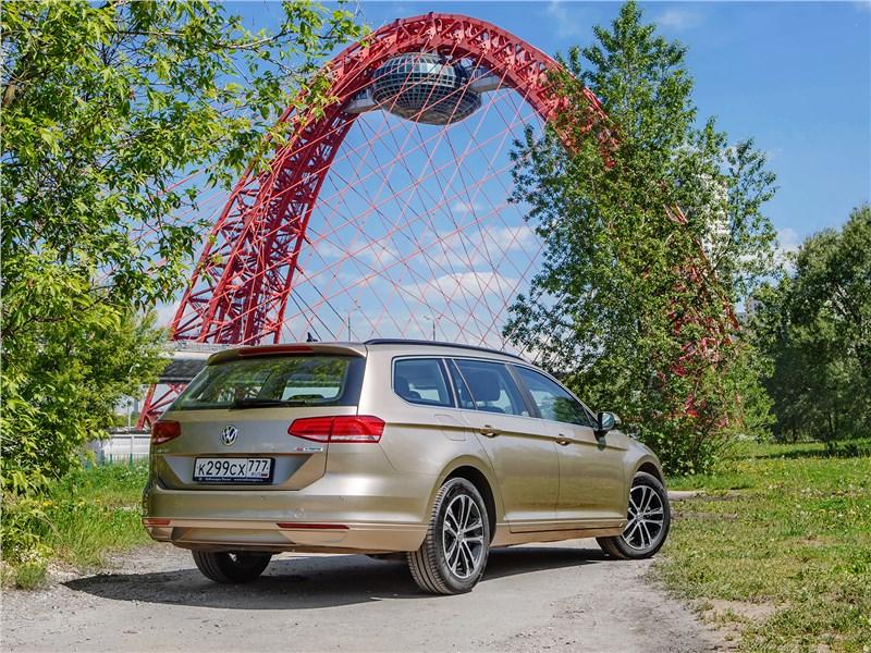 Volkswagen Passat Variant 2015 вид сзади