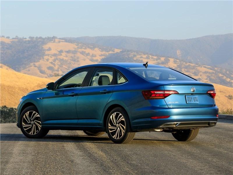 Volkswagen Jetta 2019 вид сзади сбоку