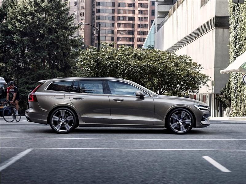 Volvo V60 2019 вид сбоку