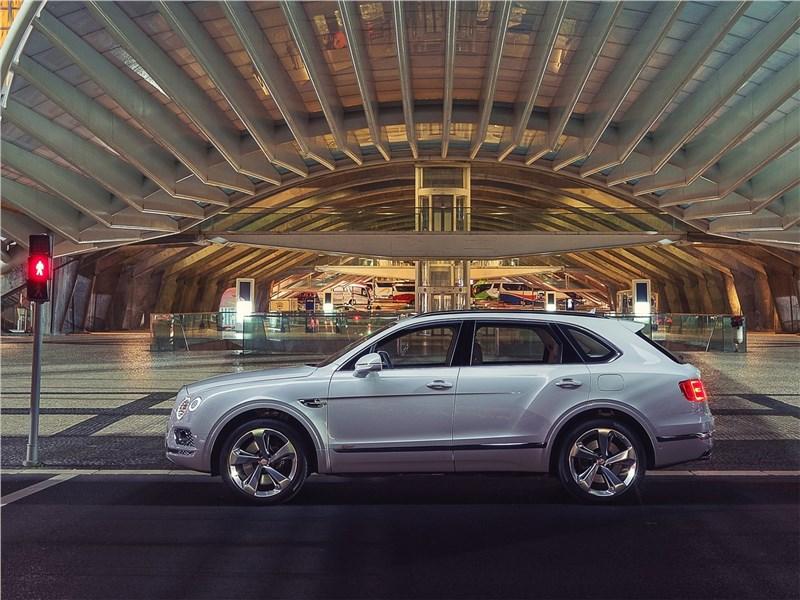 Bentley Bentayga Hybrid 2019 вид сбоку