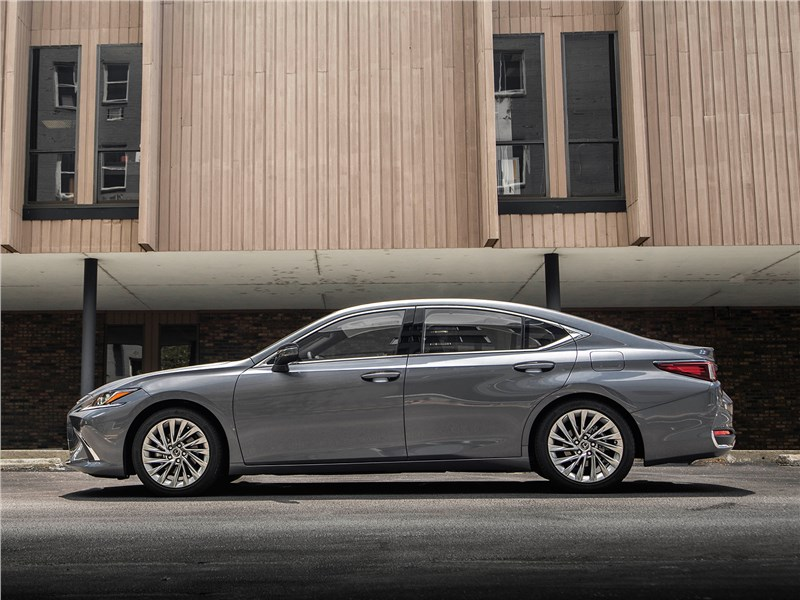Lexus ES 2019 вид сбоку