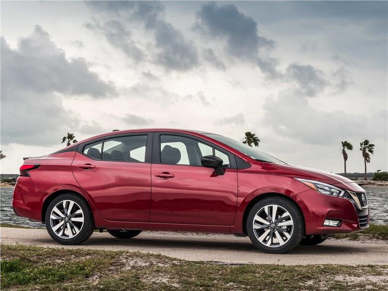 Nissan Tiida 2015 вид сбоку
