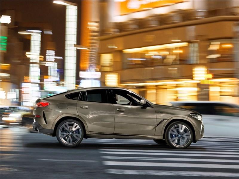 BMW X6 M50i 2020 вид сбоку