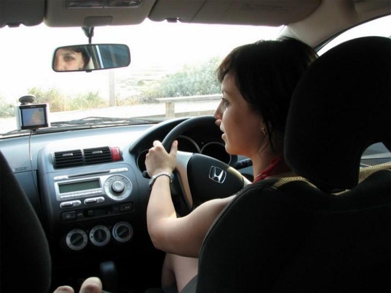 Машинам с «правильным рулем» становится все труднее