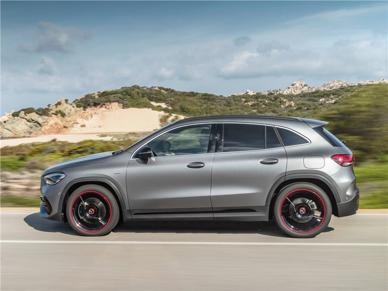 Mercedes-Benz GLA 2021 вид сбоку