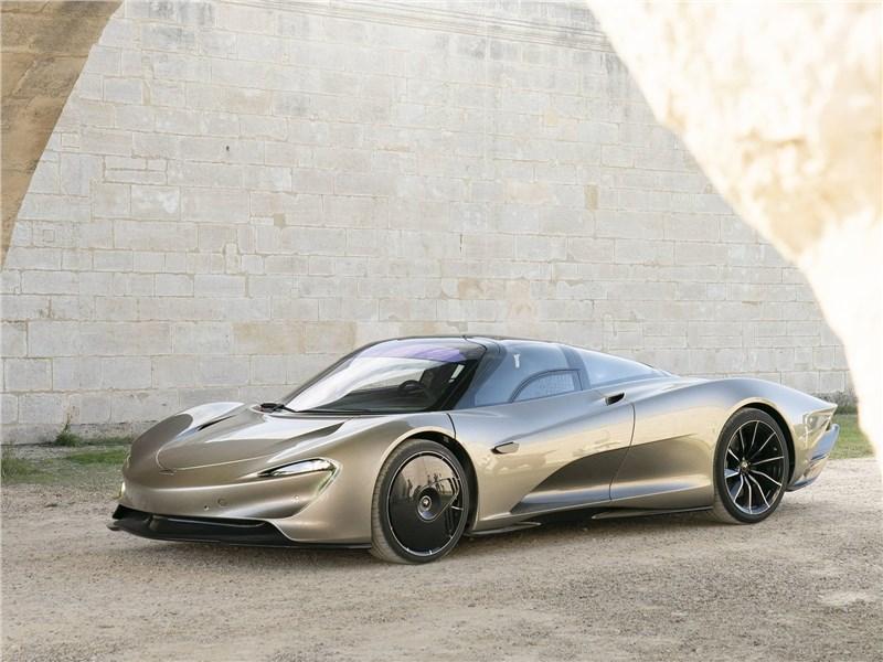 McLaren Speedtail 2020 вид спереди сбоку