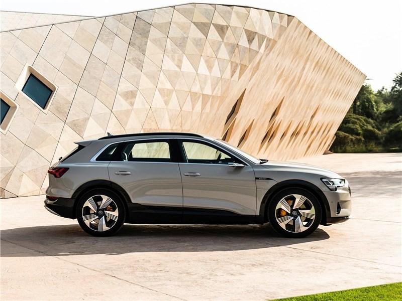 Audi e-tron 2020 вид сбоку